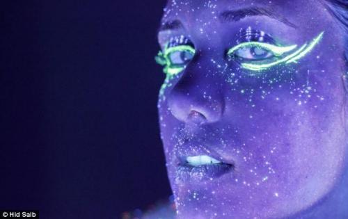 صور - غرائب التكنولوجيا : تقنية جديدة لتصوير وجوه البشر عن طريق طلاء النيون