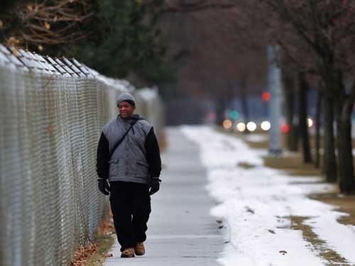 صور - عامل يسير كل يوم 21 كيلومتر على قدميه للذهاب الى عمله