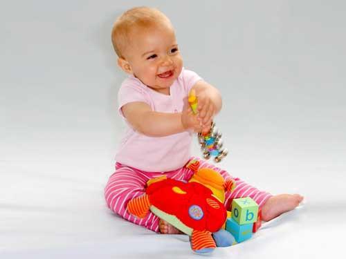 صور - مراحل نمو الطفل - جلوس الطفل الرضيع