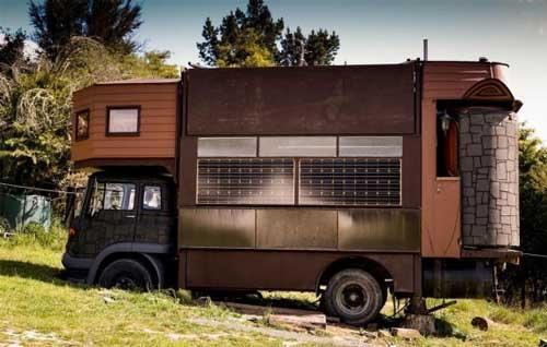صور - غرائب وطرائف - تحويل شاحنة كبيرة الى منزل متنقل