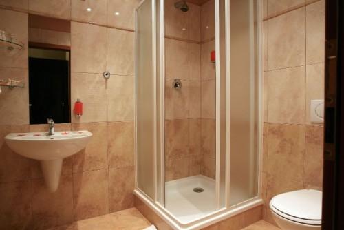Optimal Usage Of Space And Items For Small Bathroom Ideas: احدث اشكال دش الحمام لحل مشكلة تناثر المياه