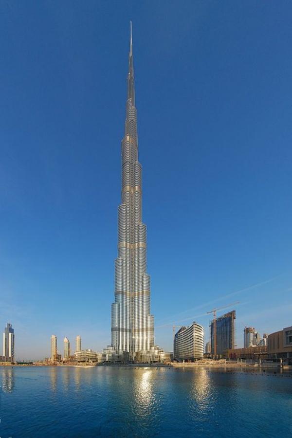 برج خليفة في دبي من اطول ابراج العالم
