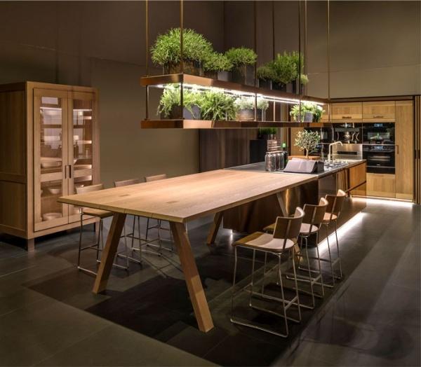 اختيار الالوان الخشبية فى دواليب مطابخ 2018  مع اضافة النباتات الخضراء للاحساس بالراحة