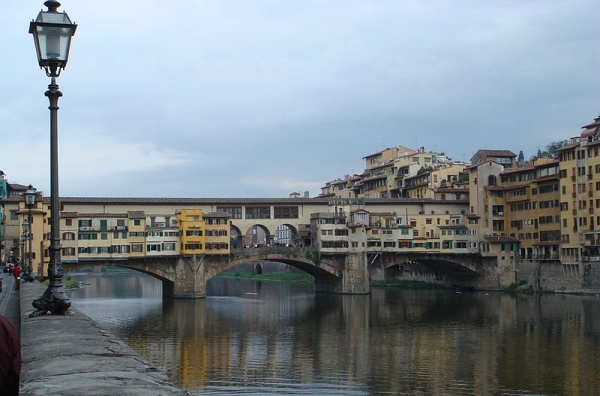 الجسر القديم من افضل الاماكن في فلورنسا